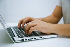 Arbete på bärbar dator royaltyfria foton