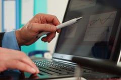 Arbete på bärbar dator Royaltyfri Foto