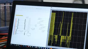 Arbete på datoren Kontrollera det elektriska systemet på datoren Arkivfoton