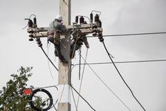 Arbete på elektricitetspoler Arkivfoton