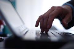 Arbete på en bärbar dator Arkivbild