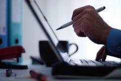 Arbete på en bärbar dator Royaltyfri Bild