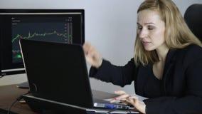 Arbete på en börs Hållande ögonen på ändringar för affärskvinna i diagrammet för valutautbyte lager videofilmer