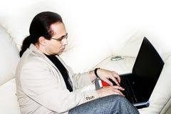 Arbete på en sofa 02 Fotografering för Bildbyråer