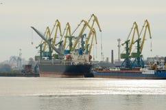 Arbete på hamnstaden Fotografering för Bildbyråer