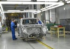 Arbete på transportörlinjen av bilväxten Arkivfoton