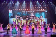 Arbete som lyfter den kinesiska dröm-Folk sången Arkivfoton