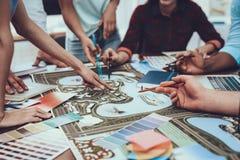 arbete tabell Tam av ungdomar projekt grupp royaltyfria bilder