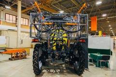 Arbetedelar av den nya moderna jordbruks- sprejaren i lager arkivfoton