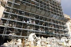 Arbeten av omstruktureringen av Trevi-springbrunnen i Rome Arkivfoto