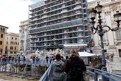 Arbeten av omstruktureringen av Trevi-springbrunnen i Rome Arkivbild