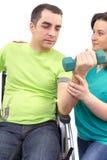 Arbeten för fysisk terapeut med patienten, i att lyfta, räcker vikter Arkivfoton