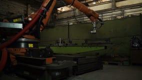 Arbeten för industriell robot Snittarkmetall på fabriken Modernt hjälpmedel i tung bransch Farligt jobb med gnistor automatisan stock video