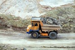 Arbeten för tungt maskineri i industriellt villebråd royaltyfria bilder