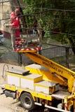 Arbeten för underhåll för spårvagnmaktraster i Warszawa, Polen Arkivfoto