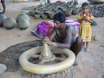 arbeten för lerakeramikerhjul Arkivfoton