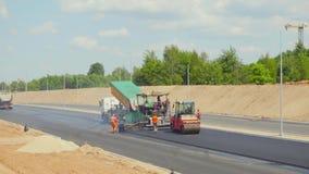Arbeten på att asfaltera huvudvägen, JUNI 20, 2016 i Vilnius, Litauen arkivfilmer