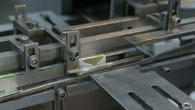 Arbetet av den förpackande maskinen på den farmaceutiska fabriken arkivfilmer