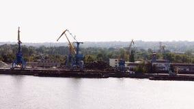 Arbetet av en stor kran i flodporten stock video