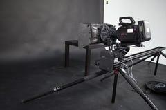 Arbetet av en videokamera i studion Arkivfoton