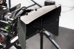 Arbetet av en videokamera i studion arkivbilder