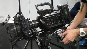 Arbetet av en videokamera i studion lager videofilmer
