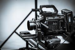 Arbetet av en videokamera i studion fotografering för bildbyråer