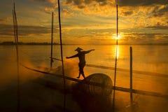 Arbetet av fiskare på den Mekong River flotten under sunrisำ Arkivfoto