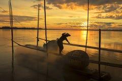 Arbetet av fiskare på Mekonget River Royaltyfri Bild