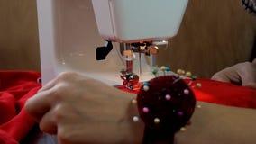 Arbetet av symaskinen stock video