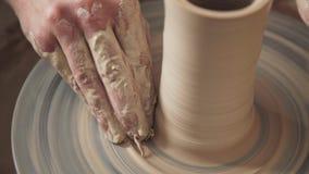 Arbetet för keramiker` s genom att använda ett hjul för snurrkeramiker` s Endast händer Royaltyfri Fotografi