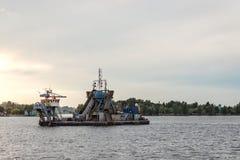 Arbetet för lokalvård för portkanalflodbädd Arkivfoto