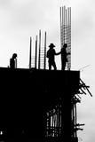 Arbets- arbete för Silhouette på byggnad Arkivfoto