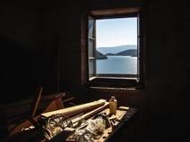 Arbetsbänk som är upplyst av ljuset som faller från fönstret royaltyfri foto