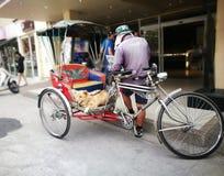 Arbetsdagsmed trehjulingen royaltyfri foto