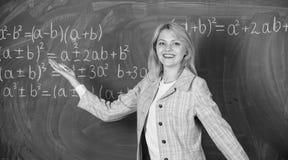 Arbetsförhållanden för lärare Hon gillar hennes jobb tillbaka begreppsskola till Kvinna som ler den svart tavlan för utbildarekla royaltyfri bild