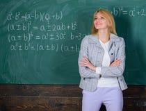 Arbetsförhållanden som presumtiva lärare måste betrakta Utbildarespecialist som är klar att undervisa dig Hon gillar hennes jobb arkivfoto