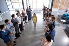 Arbetsgivare som applåderar till den säkra ledaren arkivbilder