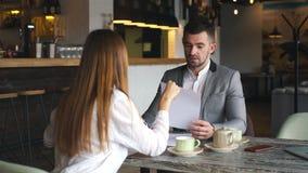 Arbetsgivare som frågar några detaljfrågor till ett av unga sökanden under intervju lager videofilmer