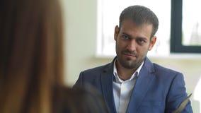 Arbetsgivaren frågar frågor till kvinnan i intervjun lager videofilmer