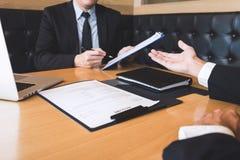 Arbetsgivaren som ankommer för en jobbintervju, affärsmannen lyssnar till kandidatsvar som förklarar om hans dröm- jobb för profi royaltyfria foton
