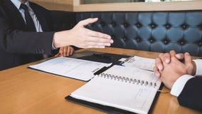 Arbetsgivaren som ankommer för en jobbintervju, affärsmannen lyssnar till kandidatsvar som förklarar om hans dröm- jobb för profi arkivbilder