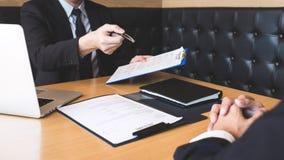 Arbetsgivaren som ankommer för en jobbintervju, affärsmannen lyssnar till kandidatsvar som förklarar om hans dröm- jobb för profi arkivfoton