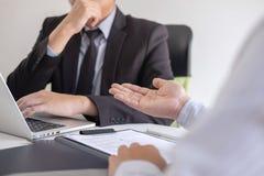Arbetsgivaren som ankommer för en jobbintervju, affärsmannen lyssnar till kandidatsvar som förklarar om hans dröm- jobb för profi royaltyfri bild