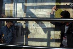 Arbetsglasmästare ändrar exponeringsglaset i fönstret royaltyfria bilder