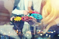 Arbetsgruppen av affärsmän triumferar för att ha uppnått målet begrepp av teamwork- och affärspartnerskap double arkivfoton