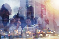 Arbetsgruppen av affärsmän triumferar för att ha uppnått målet begrepp av teamwork- och affärspartnerskap double arkivbilder