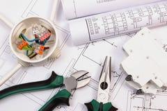 Arbetshjälpmedel, elektrisk ask och säkring, elektrisk byggnadsritning royaltyfri foto