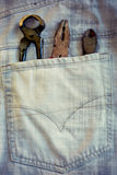 Arbetshjälpmedel i fack av jeans Royaltyfri Bild