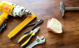 Arbetshjälpmedel och smörgås med den italienska korven Fotografering för Bildbyråer